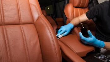 Jak dbać o tapicerkę samochodową?